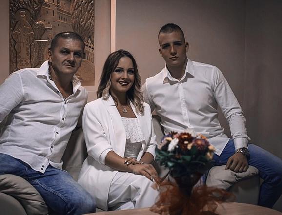 Nikoleta, njen brat i njihov tata
