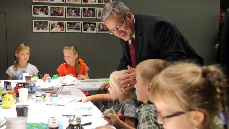 Oczywiście prezydent nie byłby sobą, gdyby nie pomógł dzieciakom zajętym niełatwą sztuką malowania na szkle