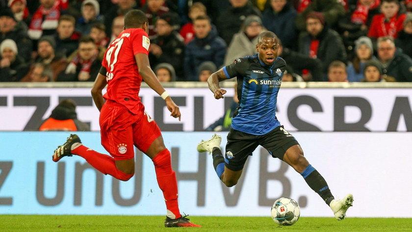 l-r: im Zweikampf, Aktion, mit David Alaba 27 (FC Bayern Muenchen) und Streli Mamba 30 (SC Paderborn