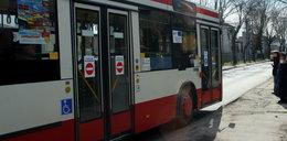 Nagi mężczyzna w autobusie, a na dworze mróz