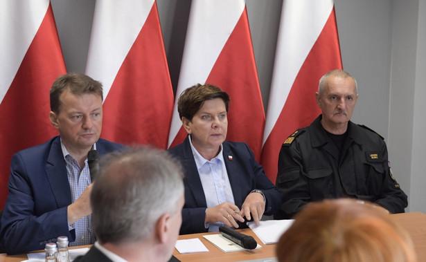 Szef MSWiA Mariusz Błaszczak, premier Beata Szydło i komendant główny Straży Pożarnej Leszek Suski