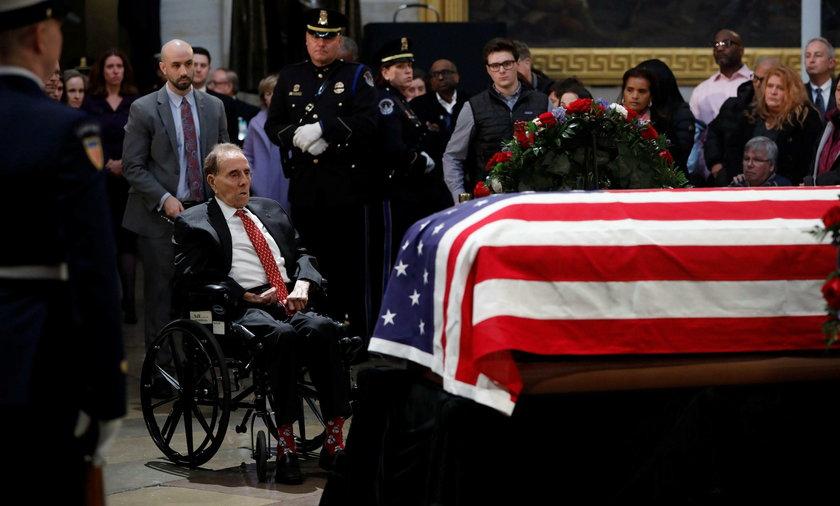 Bob Dole oddał hołd zmarłemu George H. W. Bushowi
