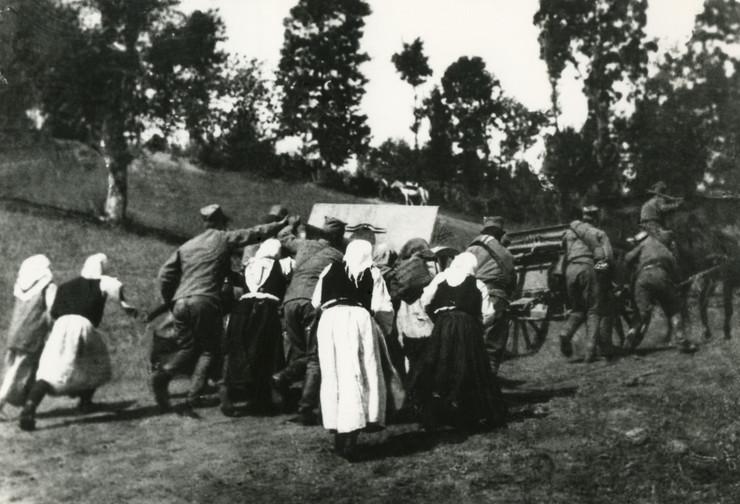 rista marjanovic seljanke iz macve pomazu srpskim vojnicima da izvuku artiljerijsko oruzje na cerske polozaje, 1914