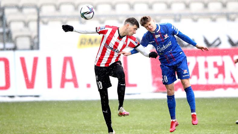 Piłkarz Cracovii Pelle van Amersfoort (L) i Maksymilian Sitek (P) z Podbeskidzia