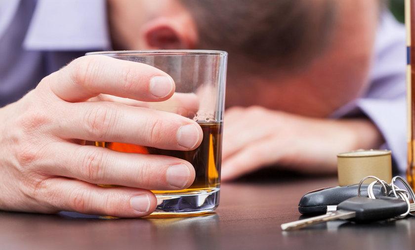 Pijany kierowca wypadł z samochodu