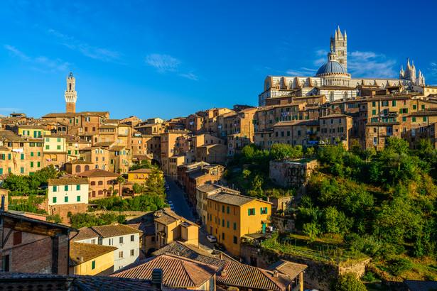 Siena W Sienie zachowana została w pełni antyczna struktura miasta. Do najwspanialszych zabytków należy katedra z XII wieku (Duomo), której główna fasada została ukończona w 1380 roku. Będąc tutaj zobaczyć warto także główny rynek Piazza del Campo z Palazzo Pubblico i Torre del Mangia oraz ratusz. Zabytkowe centrum Sieny zostało w 1995 roku wpisane na listę światowego dziedzictwa kulturalnego UNESCO.