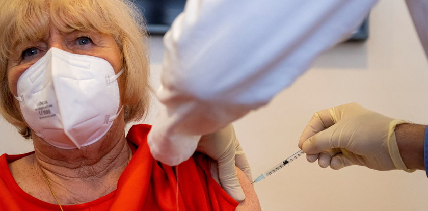Skąd wziąć dodatkowe miliardy na szczepionki? Fundacja Rockefellera wskazuje sposób