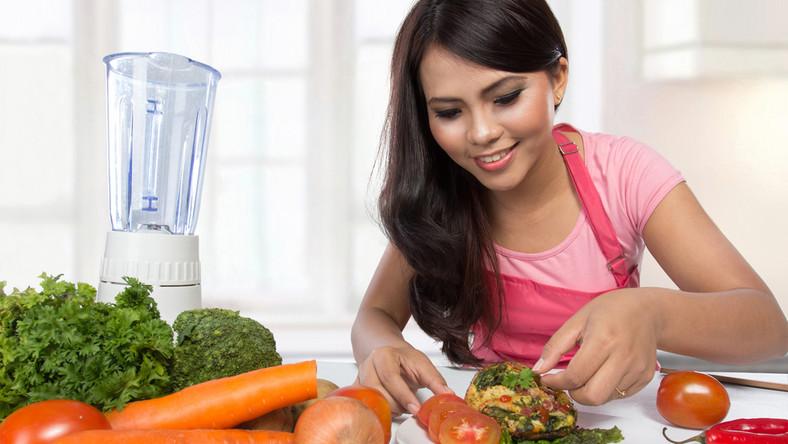 Lepiej jeść częściej, ale małe porcje. Ważne jest również regularne spożywanie posiłków o stałych porach. Dzięki temu unikniesz nadwagi i kłopotów zdrowotnych. Liczy się także, co jesz w konkretnych godzinach