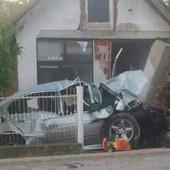 STRAVIČNE SLIKE UDESA Pijani vozač zakucao auto u zid kuće kod Mladenovca, POGINULA DEVOJKA (17)