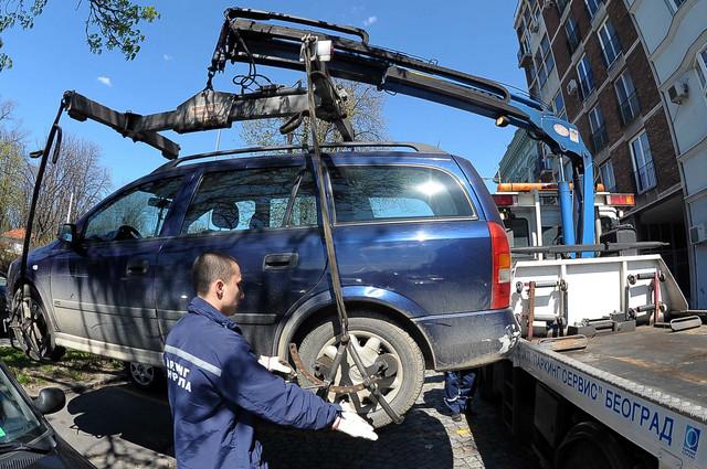 Uklanjanje vozila se prekida ako se vozač pojavi, ali je dužan da snosi troškove već preduzetih radnji