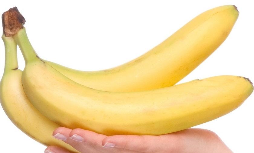 kobieta trzyma banany