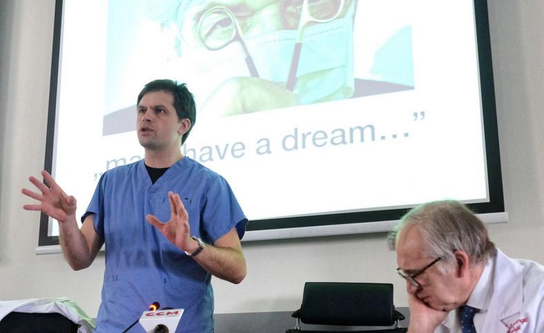 Były minister zdrowia, profesor Marian Zembala (P) i dr Michał Zembala (L) podczas konferencji prasowej z okazji Dnia Transplantologa