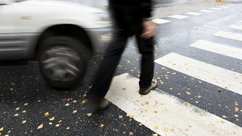 Kierowca peugeota potrącił wychodzącego spomiędzy aut pieszego.