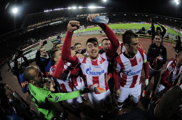 Milan Pavkov i Vujadin Savić sa saigračima i navijačima slave pobedu protiv Liverpula