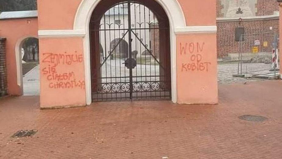 Na murach Bazyliki p.w. Świętego Ducha w Przeworsku pojawił napis od przeciwników zaostrzania prawa aborcyjnego.