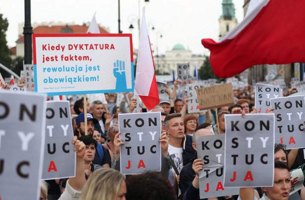 Protest pod hasłem 3 razy weto zorganizowany przed Pałacem Prezydenckim w Warszawie.