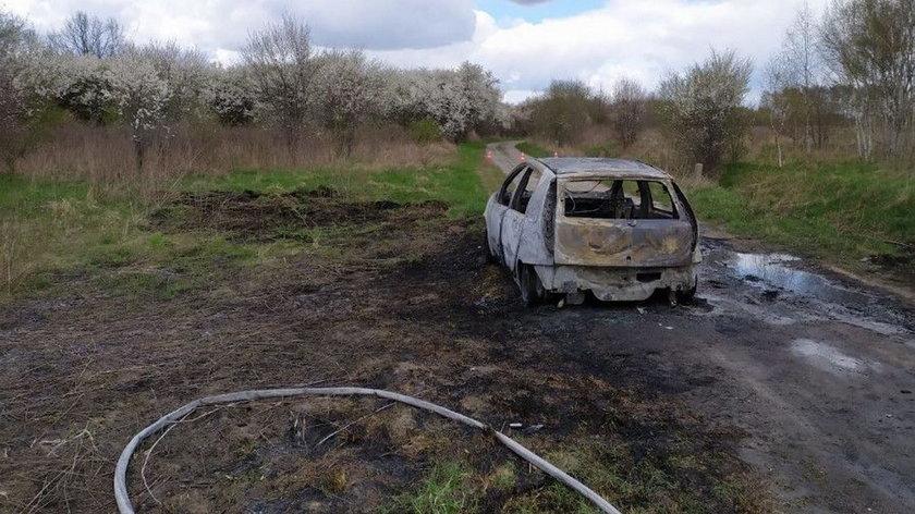Pożar samochodu pod lasem. W środku znaleziono ciało