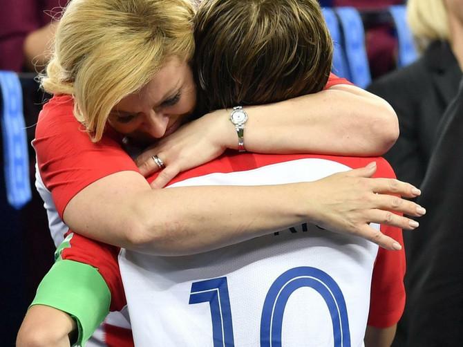 Modrić najbolji na Mundijalu, Kolinda van sebe od sreće: Finale Mundijala obeležili i ovaj zagrljaj i ...njene suze
