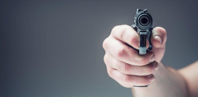 Spacerował po dachu z nabitą bronią! Chciał zabijać?