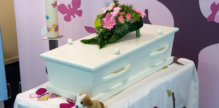 8-latkę skatowano na śmierć i zostawiono martwą w wannie. Matka oskarża system i policję