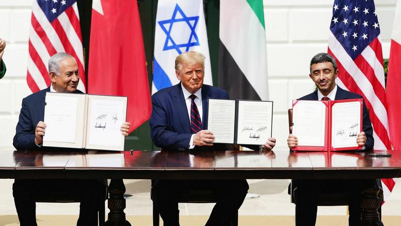W imieniu USA dokumenty podpisał Donald Trump. Izrael reprezentował premier Benjamin Netanjahu, a na czele delegacji ZEA i Bahrajnu stali szefowie dyplomacji tych państw - Abdullah bin Zajed al-Nahjan oraz Abdullatif al-Zajani.