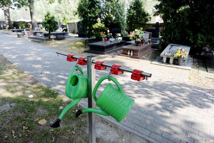 Stojaki na konewki to rzadkość na śląskich cmentarzach. Szkoda!