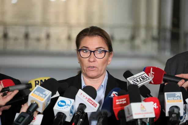 """PiS zaprezentował w sobotę nowe propozycje programowe, a co ma do zaproponowania Koalicja Europejska? Nie ma spraw, które łączą te ugrupowania - powiedziała PAP rzeczniczka Prawa i Sprawiedliwości Beata Mazurek. """"My chcemy, żeby było lepiej oni - żeby było gorzej"""" - podkreśliła."""
