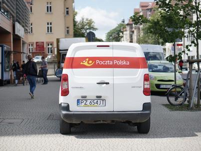 Poczta Polska wprowadziła SMS-y z numerem telefonu do kuriera, który ma doręczyć paczkę