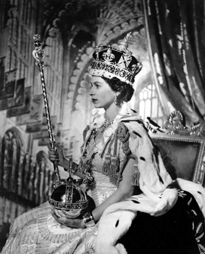 Królowa Elżbieta II w prawdziwych ceremonialnych futrach
