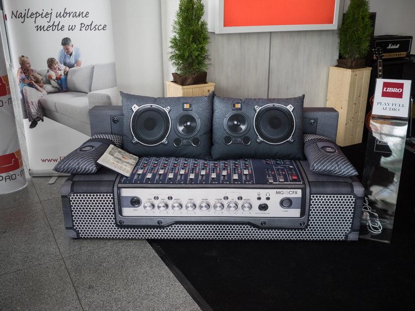 Grająca kanapa na targach w Łodzi