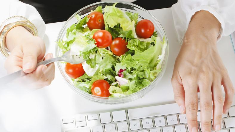 Jedną z przyczyn tycia jest nieregularne jedzenie. Wielu ludzi nie je śniadań. Inni z kolei nie biorą ze sobą nic do pracy. W biurze, które nie ma stołówek, posilają się śmieciowym jedzeniem. Po powrocie do domu nadrabiają zaległości, spożywając obfitą obiadokolację. To dwa najczęściej popełniane błędy żywieniowe. Pierwszy jest oczywisty. Unikanie posiłków jest niezdrowe. Wieczorem metabolizm zwalnia. Do tego układ trawienny musi sobie poradzić z solidną porcją jedzenia. My natomiast, zamiast się trochę rozruszać, siadamy przed telewizorem i wybieramy orzeszki, paluszki, chipsy czy ciastka, do tego nierzadko pijemy alkohol. W efekcie dostarczone kalorie nie są spalane, więc odkładają się w postaci tkanki tłuszczowej