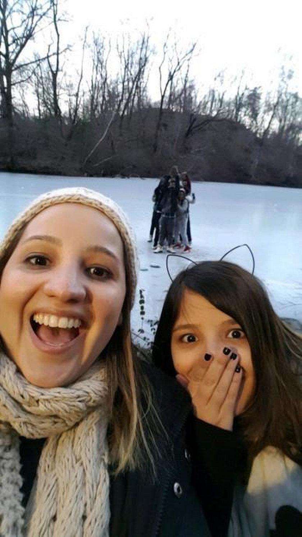 USA. Chcieli zrobić selfie na zamarzniętym stawie