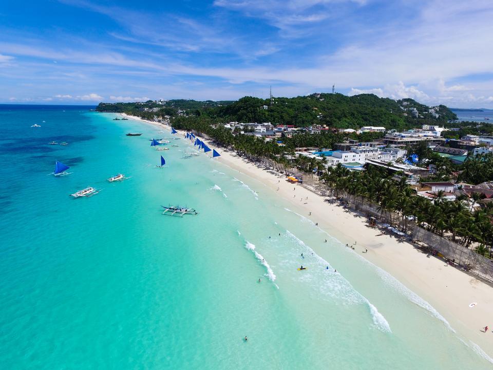 Filipiny to idealne miejsce dla wszystkich ceniących egzotykę. Szczególnie warto odwiedzić plażę White Beach w miejscowości Boracay, która słynie z m.in. bajkowych zachodów słońca.