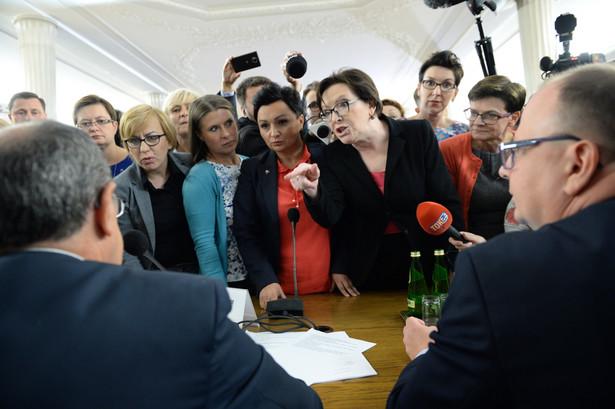 Ewa Kopacz, Krystyna Szumilas i Monika Wielichowska przed rozpoczęciem obrad komisji.