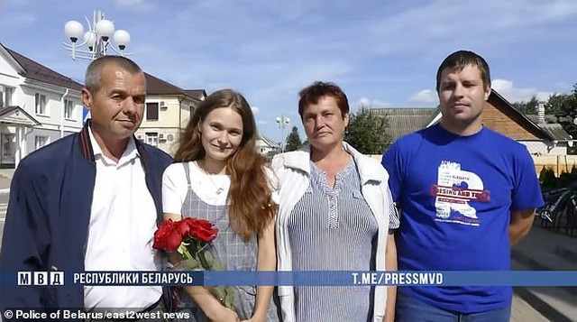 Julija s roditeljima i dečkom