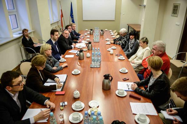 Przywrócenie świadczenia dla opiekunów dorosłych niepełnosprawnych może wejść w życie w maju. Fot. PAP/Jakub Kamiński