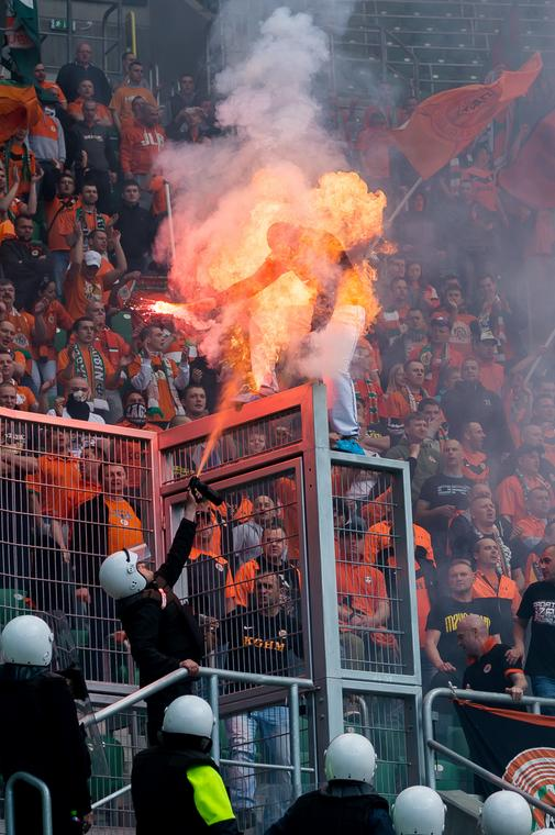 Kibic w płomieniach podczas meczu Śląsk Wrocław - Zagłębie Lubin