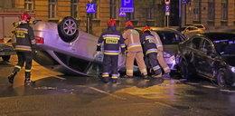 Wypadek w centrum Łodzi. Audi na dachu