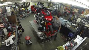 Wymiana skrzyni biegów w motocyklu Yamaha YZF-R1 [wideo]