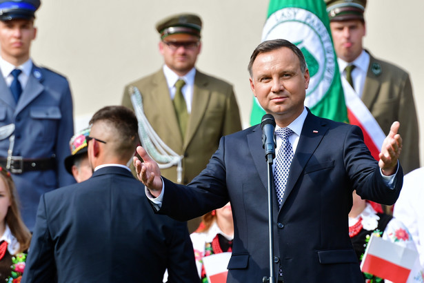 Prezydent Andrzej Duda podczas spotkania z mieszkańcami na placu przy pomoście zamkowym w Szczecinku.