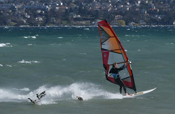 Vetrovit dan na Ženevskom jezeru