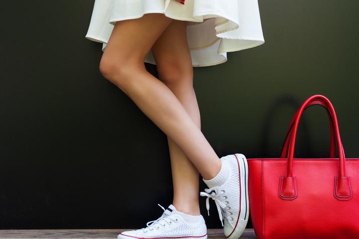 Jak nosić buty sportowe do sukienki? Trendy modowe
