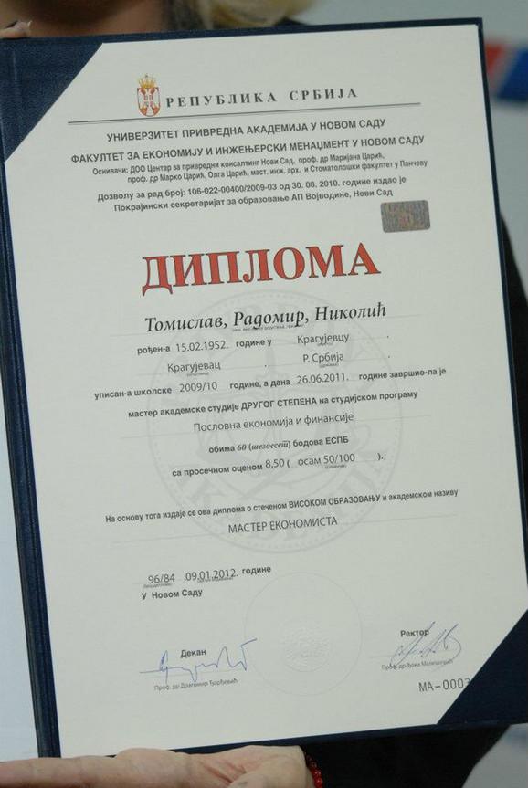 Nikolićeva master diploma koju su naprednjaci postavili na