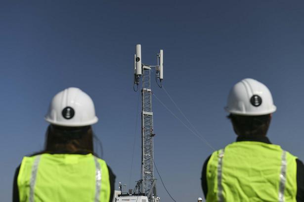 Montaż przenośnej anteny 5G w Daniels Park w Sedalia w stanie Kolorado, USA. 31.08.2020