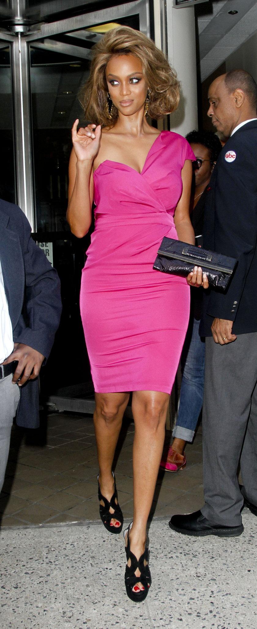 Tyra Banks w różowej sukience