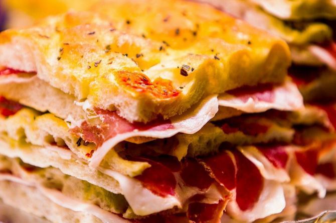 SENDVIČI – Sir, kačkavalj, pileće i ćureće belo meso, šnicla ili kuvana jaja u sendviču mogu odlično da se iskombinuju sa svežim povrćem. Neki namaz s manjim sadržajem masti držaće sve to lepo na okupu u kifli, zemički, tortilji ili među kriškama hleba