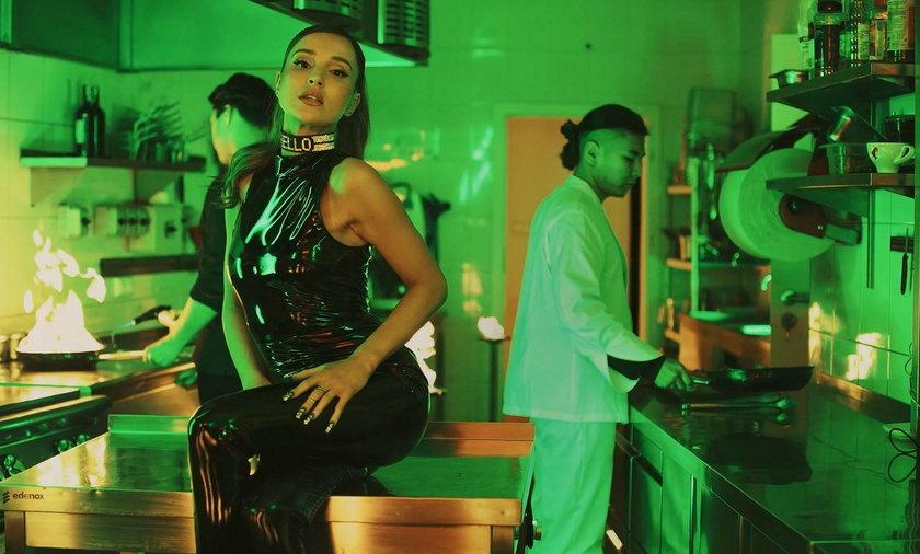 Marina w teledysku do piosenki Skandal