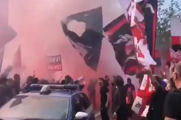 EPSKE SCENE U MILANU! Navijači priredili ludi ispraćaj na derbi godine, a Ibrahimović ih je raspametio reakcijom! /VIDEO/