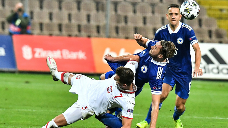 Polak Arkadiusz Milik (przód) podczas meczu piłkarskiej Ligi Narodów z Bośnią i Hercegowiną, w Zenicy 7 bm. Polska wygrała 2:1