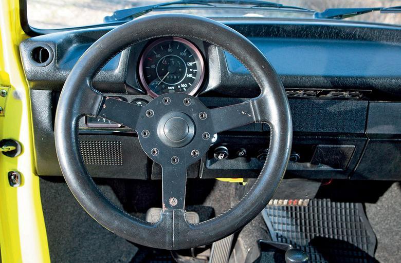 Sportowa kierownica wygląda niczym element z kalifornijskiego sklepu tuningowego, tymczasem była oryginalna, prosto z Wolfsburga